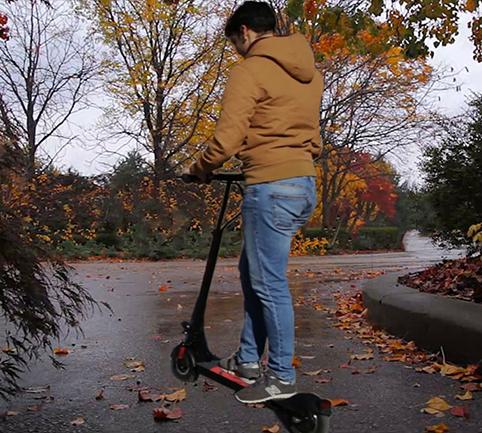 Ir en patinete eléctrico con lluvia
