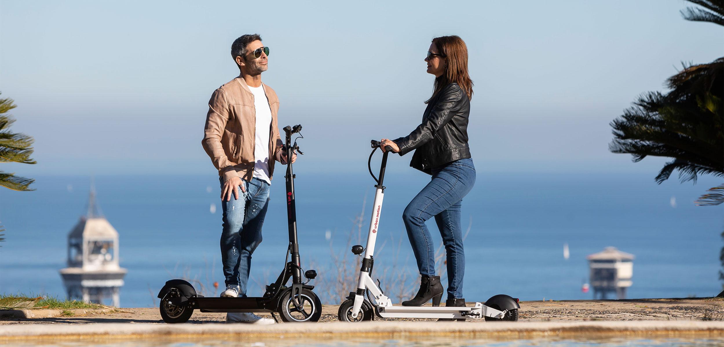 pareja con patinetes electricos